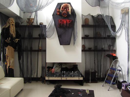 Die gesamte Wohnung gleicht einer Geisterbahn. Halloween ist auch in Kolumbien schon angekommen. Leider.