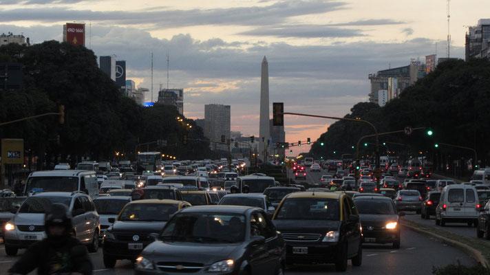 Der Obelisk von Buenos Aires auf der Avenida 9 de Julio, der breitesten Straße der Welt.