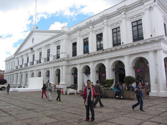 Chihi vor dem Rathaus.