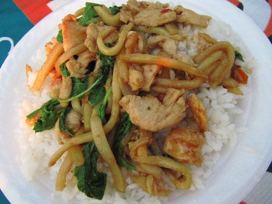 Hühnchen mit Bambussprossen, Thai-Basilikum & Chilli auf Reis.