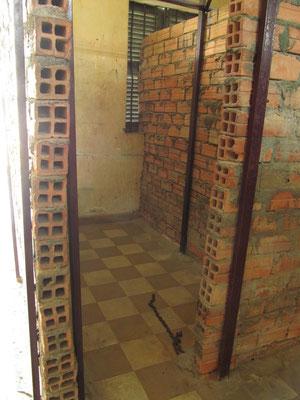 In allen Zellen waren Ketten fur die Fußfesseln einbetoniert.