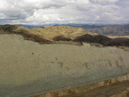 Die Dinospuren befinden sich auf dem Gelände einer Zementfabrik, deren Arbeit eine immense kreidezeitliche Steilwand freigelegt hat, auf der sich ca. 5000 Abdrücke von Dinosaurierfüßen befinden.