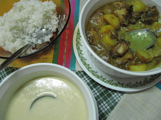 Chickencurry mit Reis.