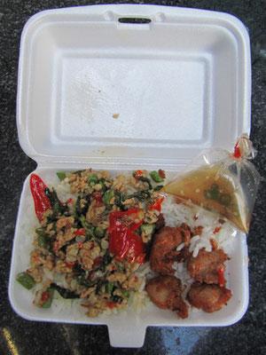 Hühnchenhackfleisch mit Chilli & Tai-Basilikum auf Reis, dazu frittiertes Hühnchen. (Im Beutel: Chilli-Fischsoße)
