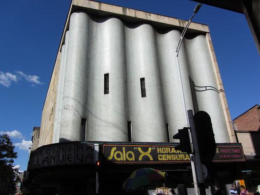 Wellblechimitierende Fassade im Rotlichtviertel.