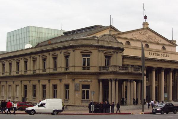 Das Teatro Solís ist die bedeutendste Bühne des Landes und das zweitgrößte Theater Südamerikas. Ihr Hauptsaal ähnelt der Mailänder Scala und fasst 1500 Besucher.