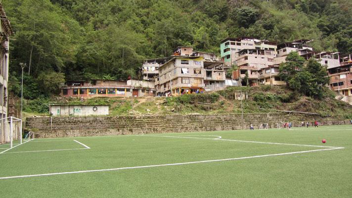 Das Fußballfeld von Aguas Calientes.