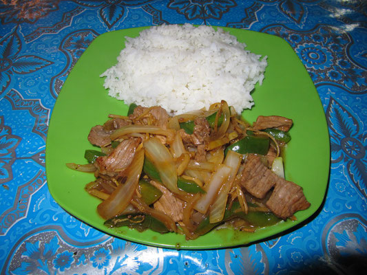 Rindfleisch mit Paprika & Zwiebeln, dazu Reis.