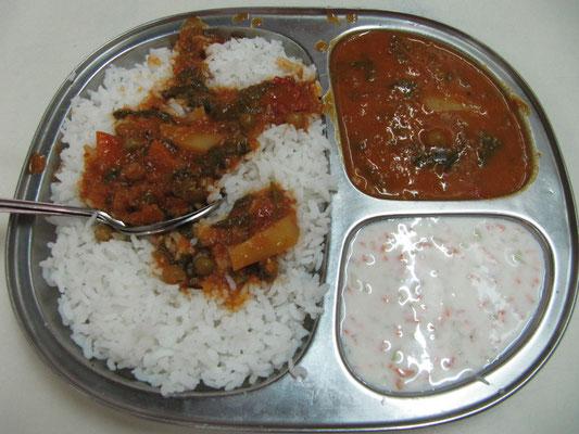 Gemüsecurry mit Joghurtsoße und Reis.