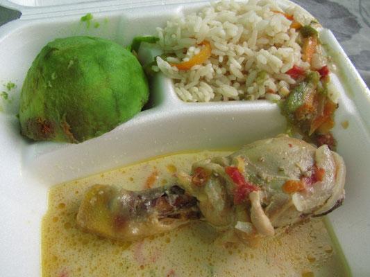 Pollo en crema mit Avocado und Gemüsereis.