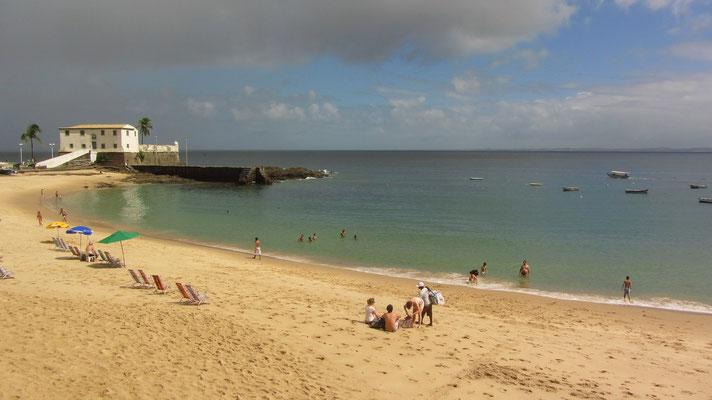 Blick auf den Strand mit dem Museum für Seefahrt im Hintergrund.