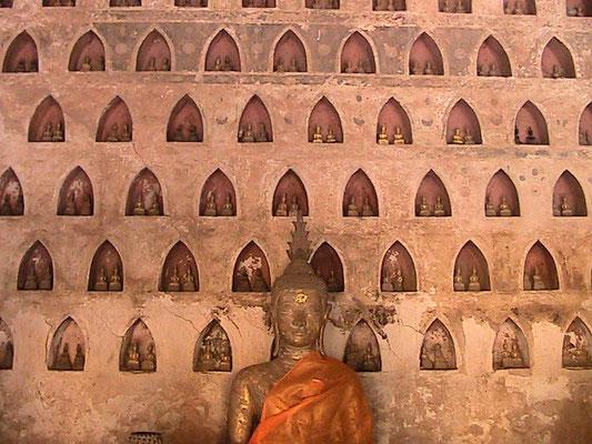 Wat Si Saket. Der Gebäudekomplex, mit einer das Hauptgebäude mit seinem fünfteiligen Dach umgebenden Terrasse, ist von einer Mauer mit mehr als 2000 Buddha-Bildnissen aus Keramik und Silber umgeben.