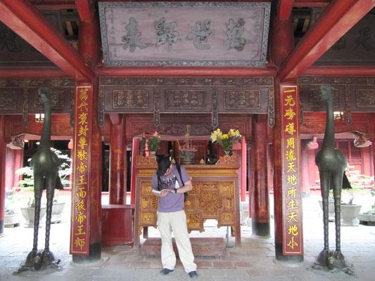 Vor dem Konfuziusaltar imTempel of Literature.