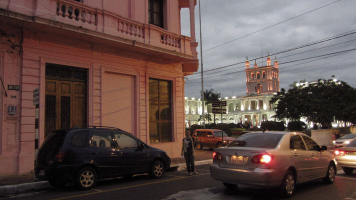 Vor dem Palacio de Gobierno.