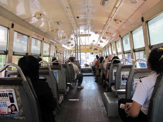 Öffentlicher Bus mit Klimaanlage.
