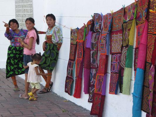 Eingeborenenkleidung zum Touristenschnäppchen. (Casco Antiguo)