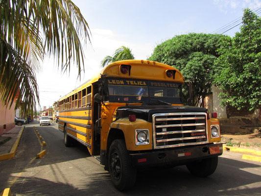 Ein alter amerikanischer Schulbus im Einsatz auf den Straßen Leons.