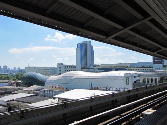 Bowlinghalle von den Gleisen des Skytrains aus.