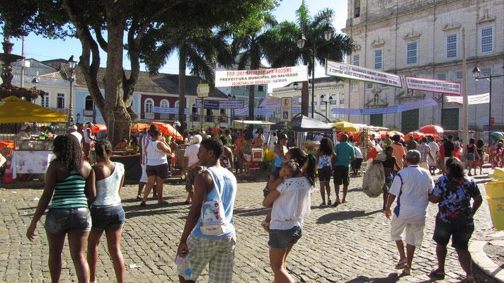 """Der wichtigste Platz in der Altstadt """"Terreiro de Jesus"""" ist Tag und Nacht belebt."""