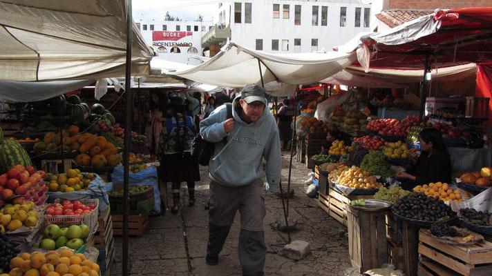 Die niedrighängenden Planen auf dem Markt veranlassten Sebastian stets gebückt zu laufen.