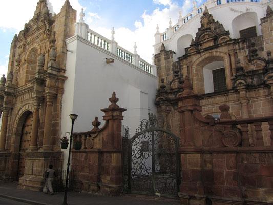 Die Kapelle Virgen de Guadelupe (1616 und 1625 an die Kathedrale angebaut) birgt die wertvollste Marienstatue Boliviens: Ihr Umhang ist mit Diamanten, Smaragden und Perlen besetzt.