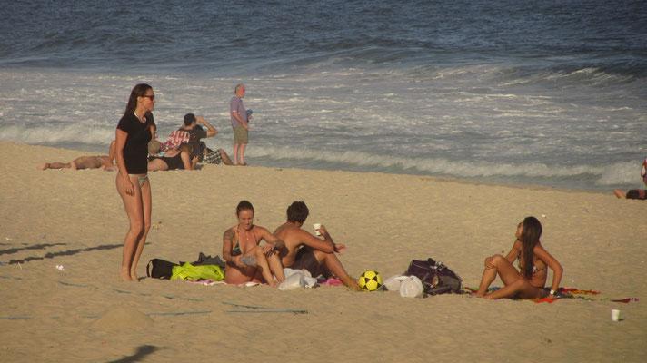 Wenigstens ansatzweise. Nach einer Stunde am Strand die ersten ansehnlichen Bekini-Babes.