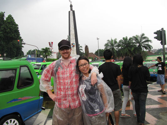 Immer perfekt gedresst mit den geschenkten Regencapes des Singapurischen Tourismusbüros.