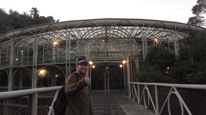 Ópera de Arame (Wire Opera House). Das inspirierende Gebäude, ein Theaterhaus im Wald, ist eine Stahlröhrenkonstruktion mit transparentem Dach.