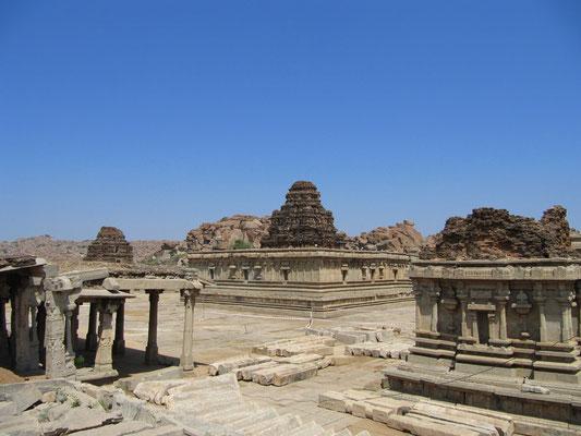 Der Vittala-Tempel. Der Eintritt war uns zu teuer, aber auch der Blick über die Mauer hat uns einen Eindruck verschafft.