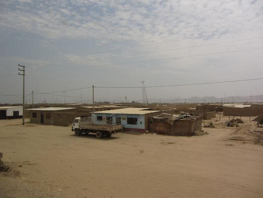 Lehmhäuser in der Wüste.