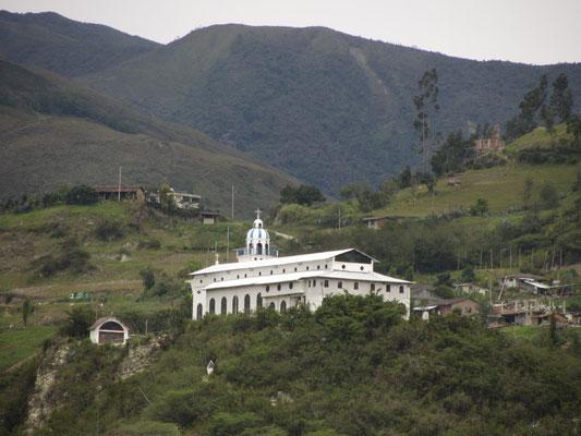 Die alte katholische Univerität liegt in den Bergen.