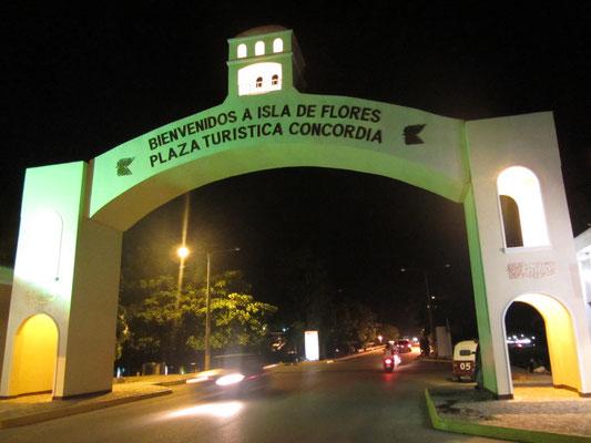 Willkommensbogen am Anfang der Brückentraße nach Flores.