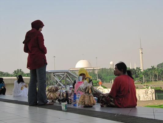 Snackverkäuferinnen am Monas (im Hintergrund die Kuppel und Türme der Istiqlal-Moschee).
