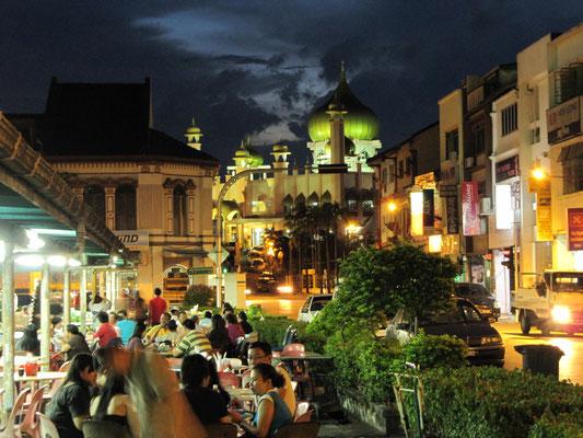 Food-Court mit der Masjid Negara im Hintergrund.