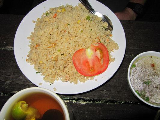 Malayischer gebratener Reis mit Tomatengarnitur.
