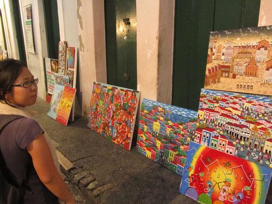 Wo viele Touristen sind, gibt's auch viele Souvenirs. In Salvador werden vorzüglich gemalte Bilder feil geboten.