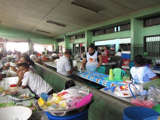 Mittagessen auf dem Markt.