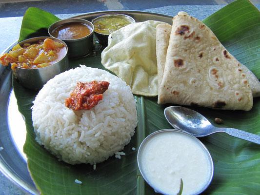 Thali traditionell im Bananenblatt serviert.