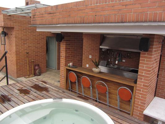 Der Whirlpool auf dem Dach des Penthouses, dahinter die Dachküche mit Grillanlage.