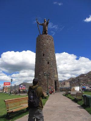 Monumento Pachacuteq. Diese Statue des Inkakriegerkönigs Pachacuteq steht auf einem zylindrischen Podest. Zusammen mit diesem misst die Statue über 22 Meter Höhe.