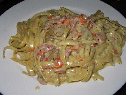 Salzige Pasta in einer fiesen Carbonarasauce.