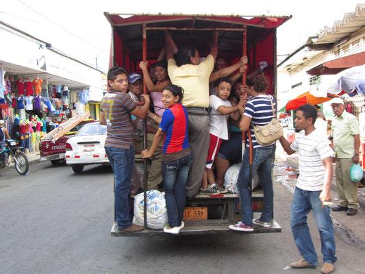 Überfüllter öffentlicher Bus. Einer der Gründe warum wir stets zu Fuß unterwegs waren.