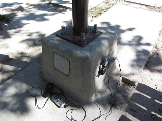Öffentliche Steckdosen im Parque Central werde gerne genutzt.