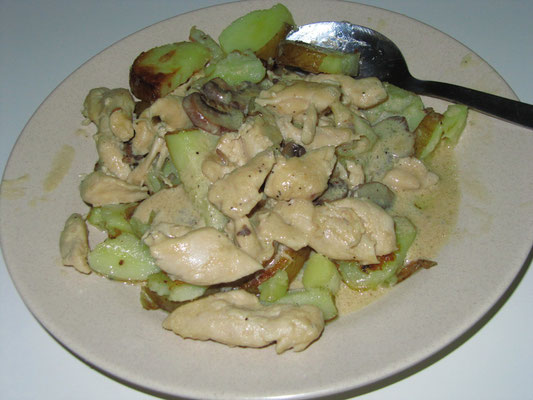 Von uns selbstgekochtes Hühnchen mit Pilzen in Sahnesoße mit Bratkartoffeln.