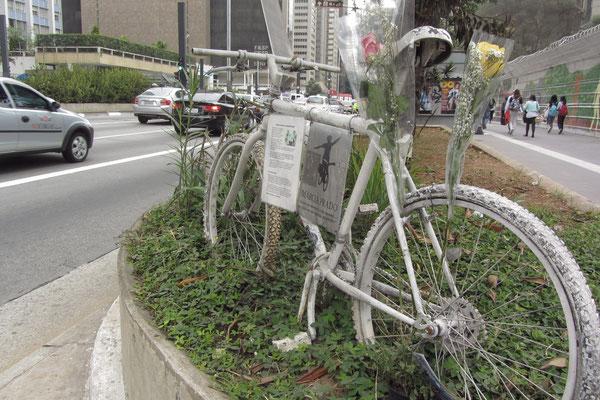 Denkmal eines im Verkehr verunglückten Mädchens. (Avenida Paulista)