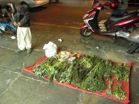 Kräuterverkauf auf dem Bürgersteig.