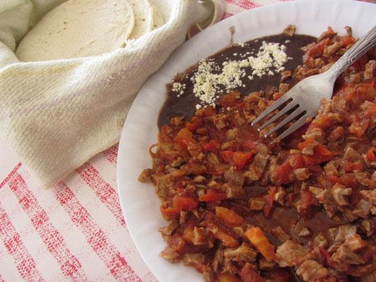 Saftiger Eintopf mit Bohnenmus und Tortillas.