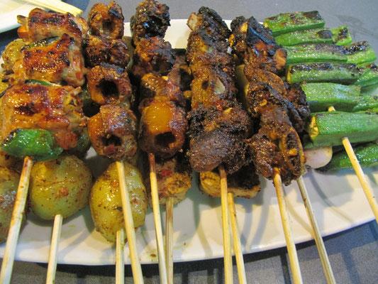 Frisch vom Grill: mit Hackfleisch gefüllte Paprikaschoten, Aal, Spareribs, Okura auf einem Bett von Kartöffelchen & mariniertem Tofu.