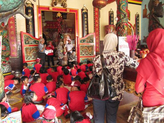 Besuch einer Schulklasse. (Eng-An-Kiong-Tempel) Man beachte die beiden mit Kopftuch bedeckten muslimischen Leherinnen. So wird's gemacht!