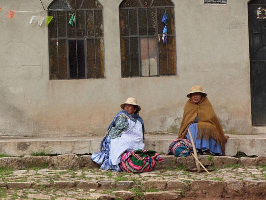 Die Frauen wissen sich durch unzählige Schichten Kleidung vor der nächtlichen Kälte zu schützen und können in der täglichen Hitze einzelne Kleidungstücke einfach ablegen.